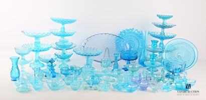 Lot en verre moulé et teinté bleu comprenant...