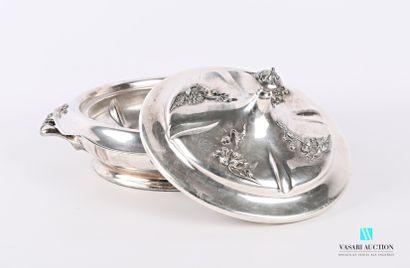 Légumier en métal argenté de forme ronde,...