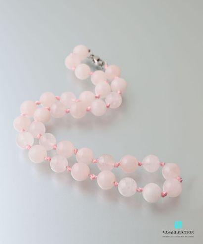 Collier orné de perles de quartz rose, le...