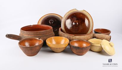 Lot de poteries comprenant : deux plats à...