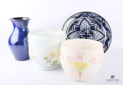 Deux cache pots en céramique, l'un à décor...