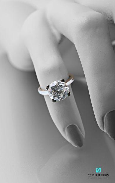Bague en or gris et platine serti d'un diamant solitaire de taille brillant calibrant...