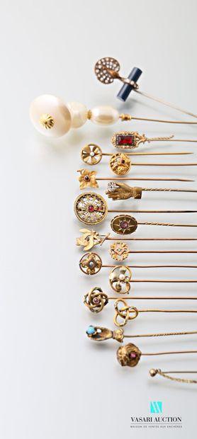 Seize épingles en métal doré XIXème et début...