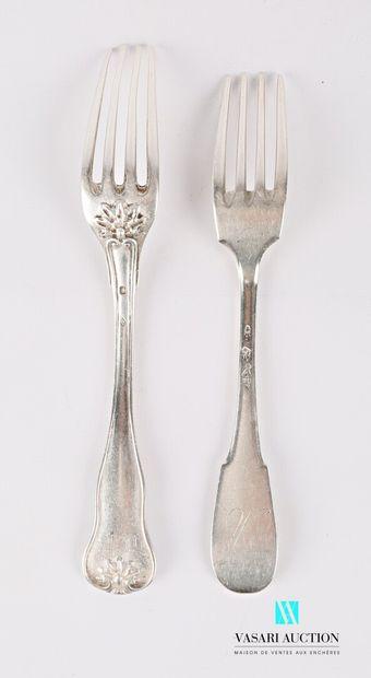 Deux fourchettes en argent le manche mouvementé...