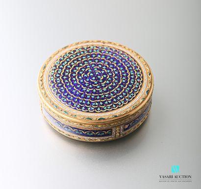 Boîte ronde en or jaune 750 millièmes, décor émaillé en rosace sur fond bleu marine...