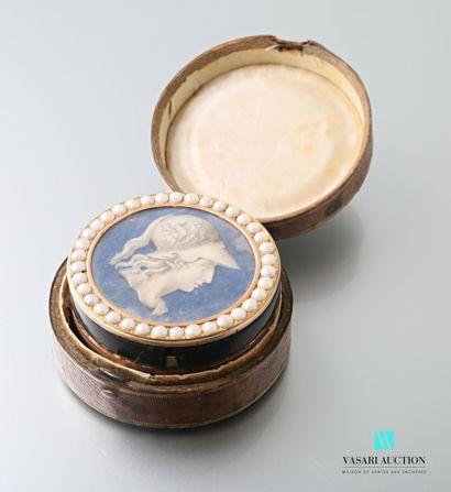 Boîte ronde en or rose 750 millièmes et écaille, le couvercle orné d'une gouache...