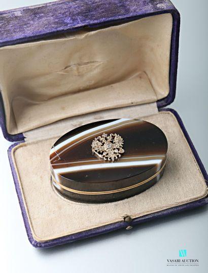 Tabatière ovale en agate zonée brune et blanche,...