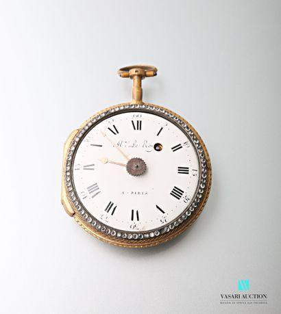 Une montre de poche en métal doré, le dos...
