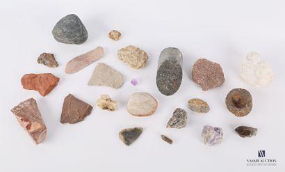 Ensemble de vingt-deux minéraux divers.  Long....
