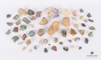 Ensemble d'une cinquantaine de minéraux divers...