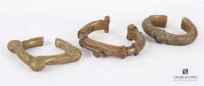 AFRIQUE  Lot de trois bracelets ou manilles...