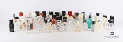 Lot d'environ cinquante flacons à parfum...