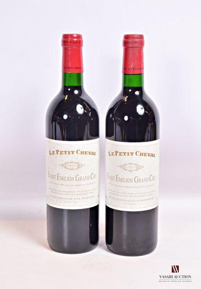 2 bouteillesLE PETIT CHEVALSt Emilion GC1997...