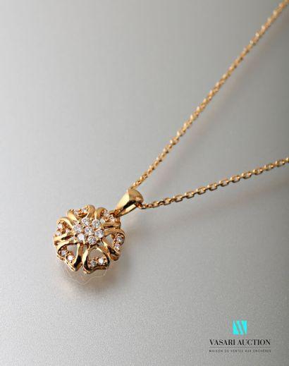 Chaine et son pendentif fleur en or jaune...