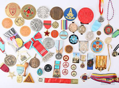 Lot comprenant un ensemble de médailles et...