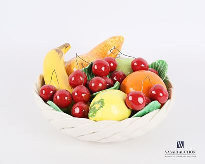 Corbeille de fruit en faïence polychrome...