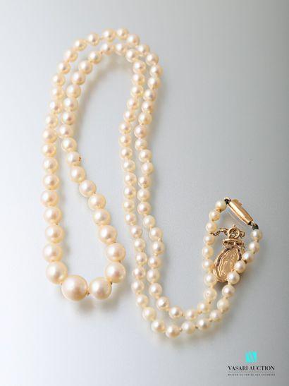 Collier de 105 perles de culture en chute,...