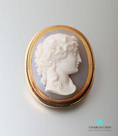 Une broche ovale Napoléon III en or jaune...
