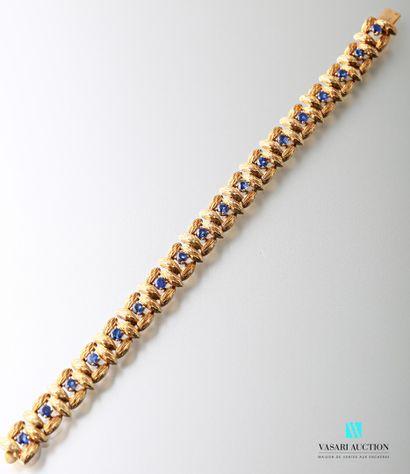 Bracelet en or jaune 750 millièmes formé de mailles carrées en navettes d'or guillochées...