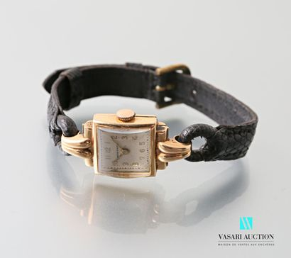 Montre bracelet de dame, le cadran en or...