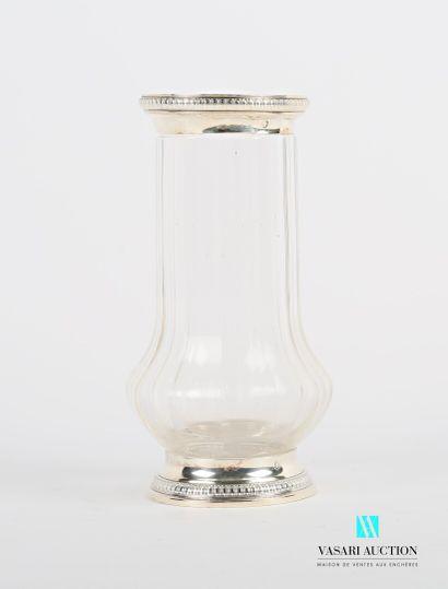 Vase en cristal taillé à pans coupé de forme...
