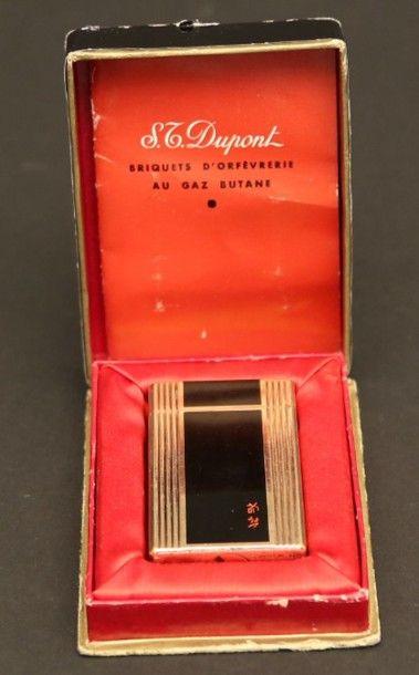 DUPONT  Briquet en métal doré à décor de...