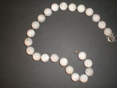 Collier en perles de pierre de lune intercalées...