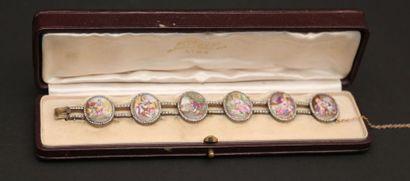 Bracelet en or composé  de six médaillons...