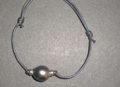 Bracelet cordon orné d'une perle de Tahiti...
