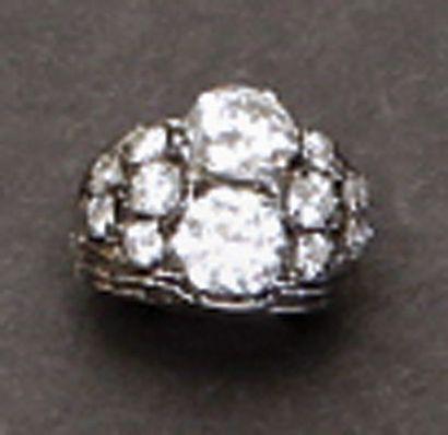 Bague en platine et or gris ornée de deux diamants taille ancienne épaulés de d...