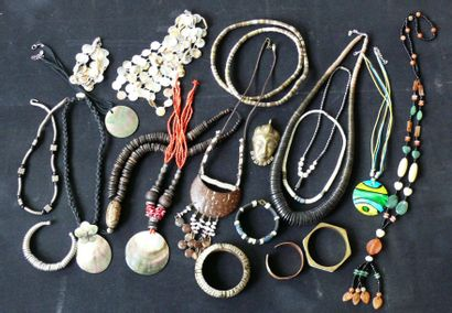 Important lot de bijoux ethniques et divers....