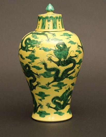Potiche balustre en porcelaine couverte à...
