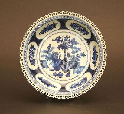 Plat en porcelaine à bordure ajourée à décor...