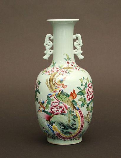 Vase en porcelaine à décor polychrome sur...