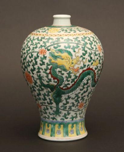 Vase meiping en porcelaine à décor polychrome...