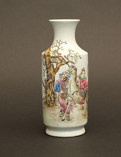 Vase rouleau en porcelaine à décor polychrome...