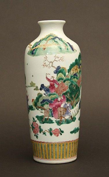 Vase rouleau à décor de la famille rose de...
