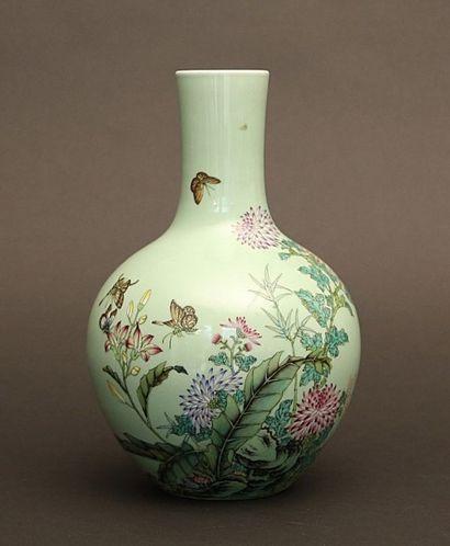 Vase globulaire en porcelaine à décor sur...