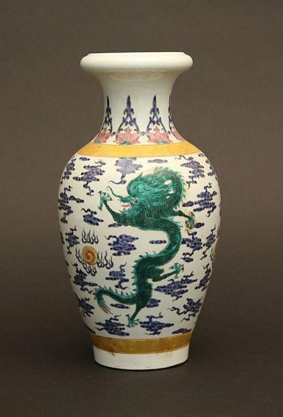 Vase en porcelaine à décor de dragons pourchassant...