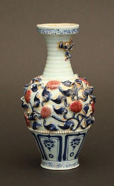 Vase balustre en porcelaine à décor en relief...