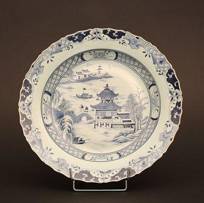 Plat en porcelaine à décor central de paysage...