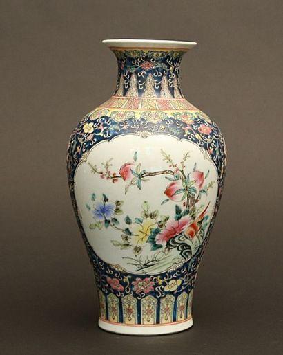 Vase balustre à décor en réserves sur fond...