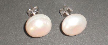 Clous d'oreille, orné chacun d'une perle...