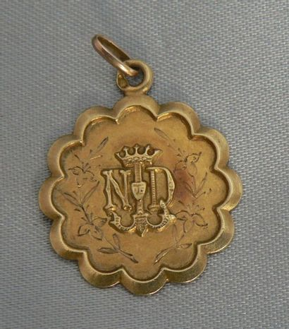 Médaille en or jaune à contour festonné,...