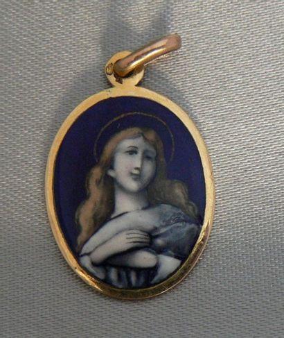 Médaille ovale en or jaune, figurant une...