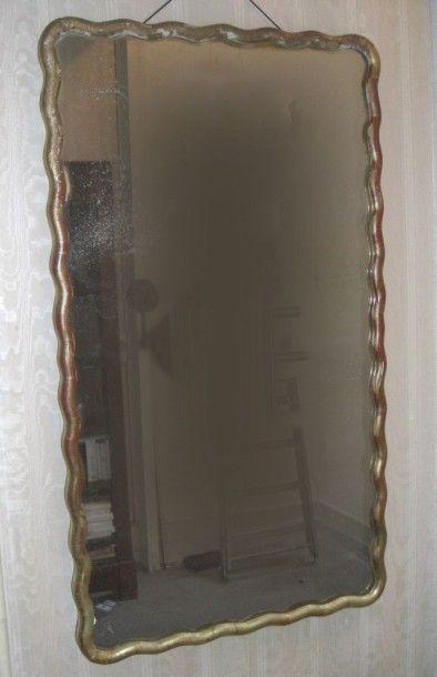 Miroir bois doré de forme violonée