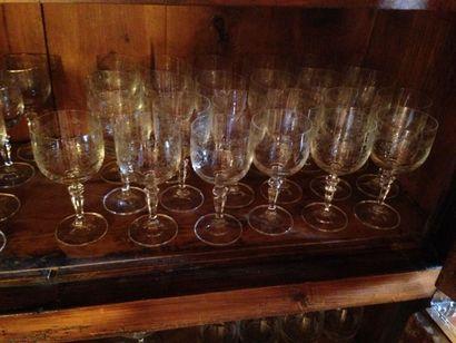 Service de table en cristal à décor gravé...