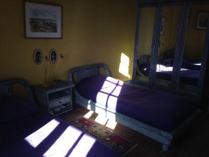 Mobilier de chambre à coucher en bois peint...
