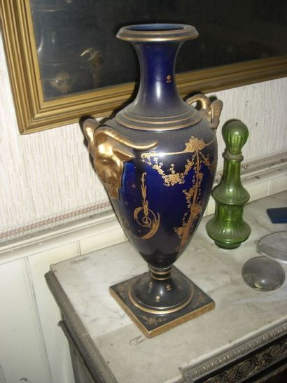 Vase simulé en verre bleu et rehauts d'o...