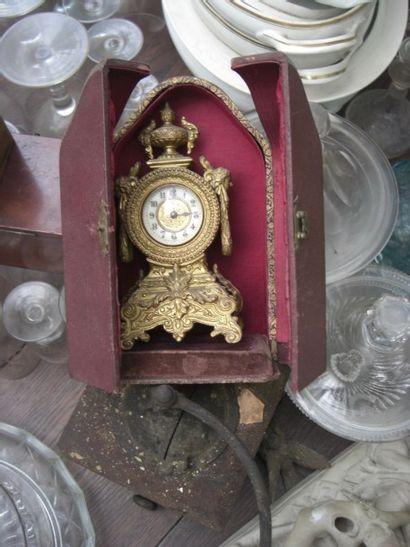 pendule en bronze doré dans son écrin